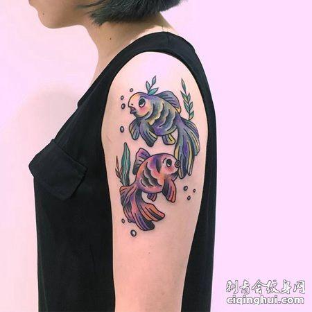 胳膊上两条肥嘟嘟的可爱小金鱼在水里的纹身图案