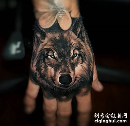 手背超帅气的蓝眼睛狼纹身图案