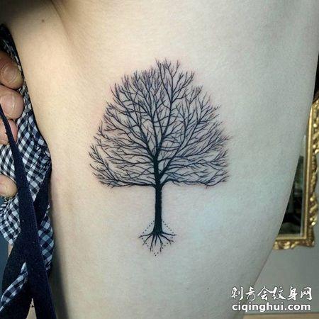 肋骨处一颗黑色的树纹身图案