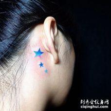 美女耳后根漂亮的三个蓝色五角星纹身图案
