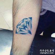 手臂上暗蓝色钻石纹身图片