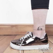 脚踝处一辆立着的自行车纹身图片
