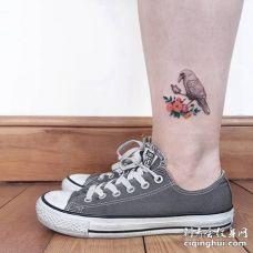 小腿处爪子握着东西的乌鸦和花纹身图