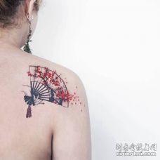 后肩处印着梅花的扇子纹身图案