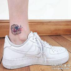 脚踝处漂亮的箱子开出宇宙的纹身