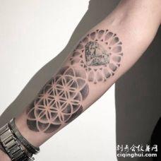 手臂上灵花包着钻石的纹身图案