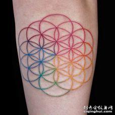 非常漂亮的由圆形组成的灵花纹身