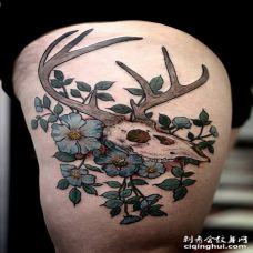 大腿部位鹿骷髅和浅蓝色花纹身