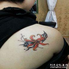 后肩彼岸花朵和骷髅头纹身图片