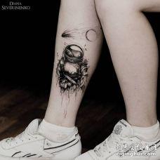 腿部黑色墨水的宇航员纹身图片