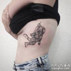 美女肋骨处正在漂浮着的宇航员纹身图片