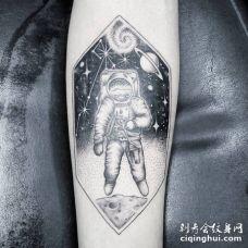 宇航员在太空漂浮的纹身图片