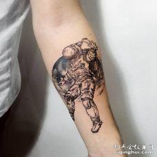 手臂宇航员和月球纹身图案