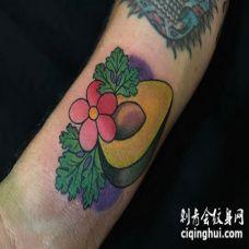 手臂上的传统牛油果纹身