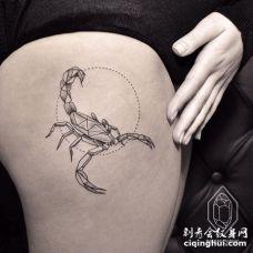 大腿上几何形蝎子和点圆纹身图案