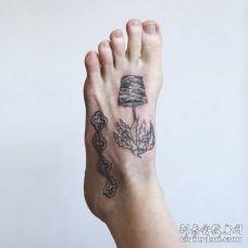 脚背牛油果树和链子纹身图片