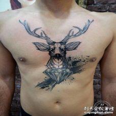 胸口素描鹿和钻石纹身图案