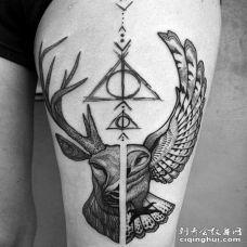 一半鹿一半猫头鹰的大腿黑白色创意纹身图案