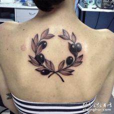 传统的后背对称橄榄枝纹身图片