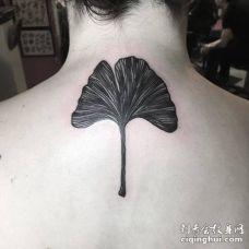 后背颈椎处传统的墨色银杏叶纹身图案