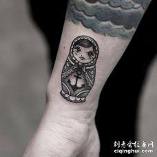 手腕处带船锚的套娃纹身图案