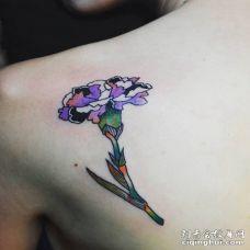 后肩的彩色康乃馨纹身