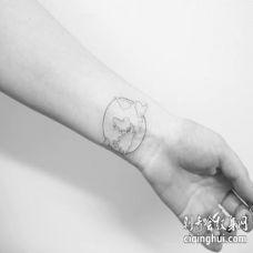 手腕黑白色线条地球纹身图片