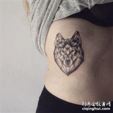 肋骨处黑色水晶形状的狼纹身图案