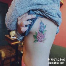 美女肋骨上方一蓝一粉的绣球花纹身图案