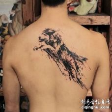男子后背纹了一只跳跃的水墨狼图案
