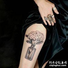 手臂内侧漂亮的绣球花和瓶子纹身图案