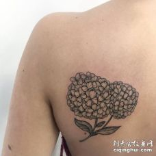 后肩一大朵黑色绣球花纹身图片