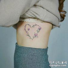 美女肋骨处唯美的心形绣球花纹身图