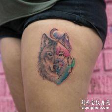 大腿部位带有水彩元素的灰色狼头和月亮纹身图片