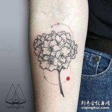 手臂点圆形和黑色绣球花纹身图案