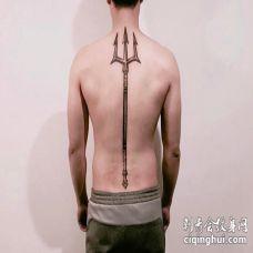 男子后背纹了一个超大的黑色三叉戟图案