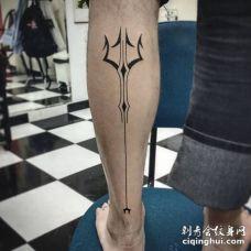 小腿部位个性的黑色三叉戟纹身图片