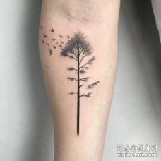手臂内侧黑色树和许多三角形纹身