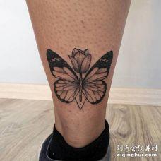 黑色蝴蝶站在一朵花上的纹身图案