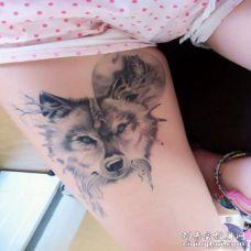 性感美女大腿纹了一只可爱的黑灰色狼图案