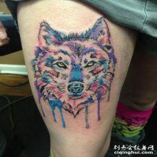 大腿美丽的水彩狼头纹身