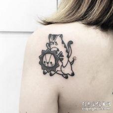 后肩一只可爱的小猫骑着一只可爱的小狮子纹身图案