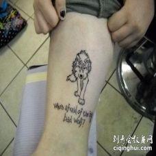 小腿处正在走来的丛林狼勾线图和英文纹身
