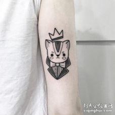 打着蝴蝶结带着王冠的可爱黑色小猫纹身图案