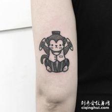 一只可爱的玩罗黑色猴子纹身图案