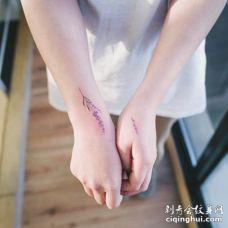 在手腕和手背上美丽的两只薰衣草纹身图案