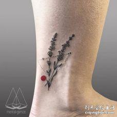 脚踝黑色薰衣草红色圆圈和由点组成的三角形纹身图案