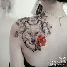 美女肩膀一只嘴里叼着花的狼纹身