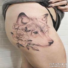 性感大腿处一直唯美的狼和花纹身图案