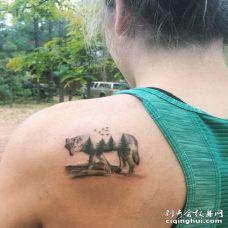 美国美女后肩创意森林狼纹身图案